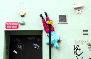 Absurdná tanečná skupina, ktorá straší ľudí v uliciach miest-candyman.sk (2)